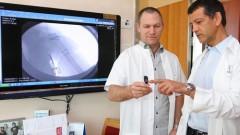 """ד""""ר דורון נורמן, מנהל המחלקה ומומחה לטראומה אורטופדית (מימין) וד""""ר ניר הוס, רופא בכיר במחלקת אורתופדיה ב' ברמב""""ם, עם הפלטות (צילום: פיוטר פליטר)"""