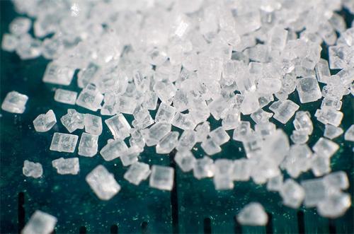 צילום תקריב של גבישי סוכרוז (מקור צילום: ויקיפדיה)