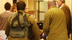 """פצוע סורי מובהל לחדר הטראומה בבית החולים """"זיו"""" (צילום: חנה ביקל)"""