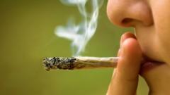 נערה מעשנת מריחואנה (צילום: אילוסטרציה)