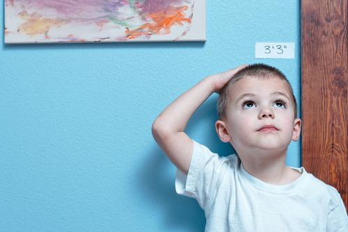 ילד בודק את גובהו (צילום: אילוסטרציה)
