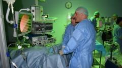 """פרופ' בוריס צ'רטין במהלך ניתוח (צילום: """"שערי צדק"""")"""