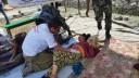 """ד""""ר אריק שכטר מטפל בפצועים בנפאל (צילום: פרטי)"""