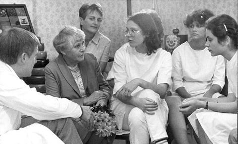 פרופ' רפופורט במפגש עם אחיות בקוטובס ב-1985 (מקור: ויקיפדיה)