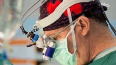 """פרופ' דן ערבות במהלך ניתוח (צילום: """"בילינסון"""")"""