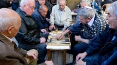 גברים מבוגרים משחקים שש-בש בירושלים (צילום: אילוסטרציה)