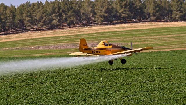 מטוס ריסוס מפזר חומרי הדברה ודשן בשטח עיבוד חקלאי בנגב (צילום: דורון הורוביץ / פלאש 90)