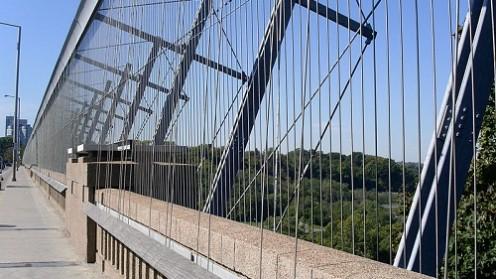 גשר בטורונטו עליו מותקן מחסום נגד נגד התאבדות, ששמו Luminous Veil (מקור: ויקיפדיה)