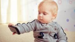 תינוק צופה במסך טלפון חכם (צילום: אילוסטרציה)