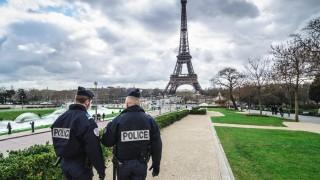 שוטרים צרפתים מאבטחים את מגדל אייפל (צילום: אילוסטרציה)