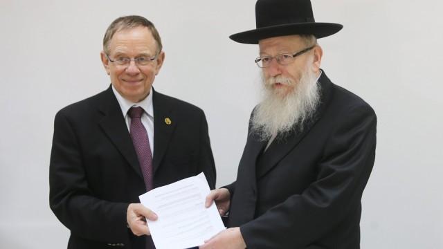 פרופ' רפי ביאר (משמאל) מגיש את המלצות ועדת סל התרופות לשנת 2016 לשר הבריאות יעקב ליצמן (צילום: משרד הבריאות)