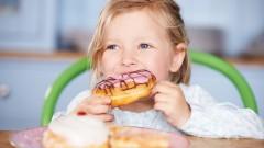 ילדה אוכלת דונאט (צילום: אילוסטרציה)