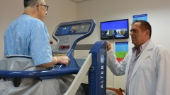 """מימין: פרופ' דן ערבות ומטופל בהליכון החדש (צילום: """"בילינסון"""")"""
