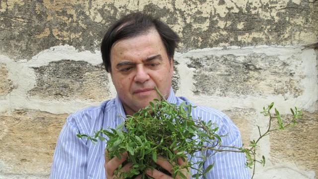 פרופ' משנה ערן בן-אריה ואחד מצמחי המרפא שנבדקו במחקר (צילום: הטכניון)