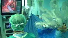 """ניתוח בעזרת הרובוט """"דה-וינצ'י"""" ב""""שערי צדק"""" (צילום: """"שערי צדק"""")"""