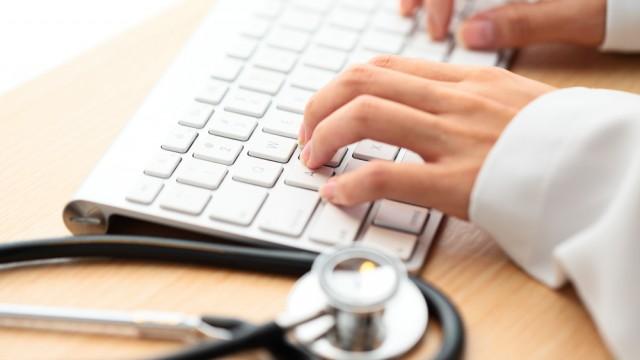 רופא עסוק בעבודה על המחשב (צילום: אילוסטרציה)