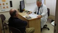 """פרופ' צבי פרידלנדר מהמכון לרפואת ריאות ב""""הדסה"""", במהלך ייעוץ למטופל שנגמל מעישון (צילום: """"הדסה"""")"""