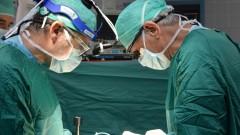 """ד""""ר אביתר נשר ופרופ' איתן מור במהלך ניתוח השתלת הכלייה הייחודי (צילום: """"בילינסון"""")"""
