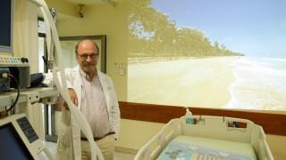 """פרופ' פייר זינגר והמערכת החדשה להקרנת סרטי טבע למאושפזים בטיפול נמרץ (צילום: """"בילינסון"""")"""