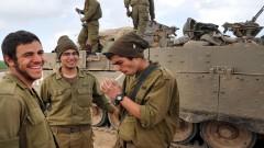חיילים מעשנים בגבול רצועת עזה (צילום: אילוסטרציה)