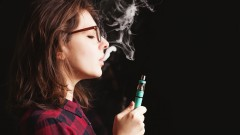 עישון סיגריות אלקטרוניות על ידי בני נוער (צילום: אילוסטרציה)