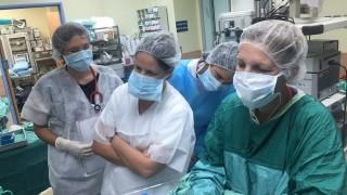 """הצוות הרפואי במהלך ניתוח החירום ביולדת בת 60 שסבלה מרעלת הריון (צילום: """"קפלן"""")"""
