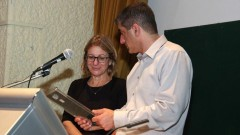 """מנהל """"שיבא"""", פרופ' יצחק קרייס, מעניק אות הוקרה לד""""ר שושי גולדברג (צילום: """"שיבא"""")"""