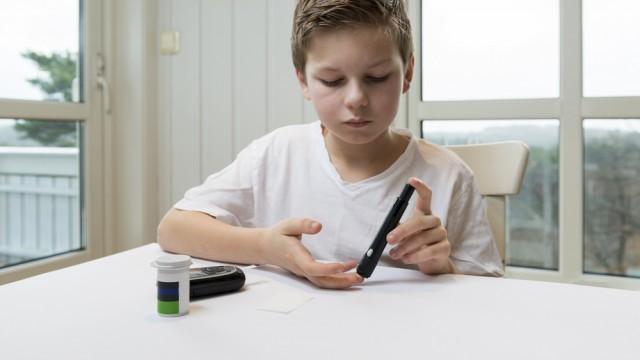 בדיקת רמת סוכר בילדים עם סוכרת נעורים (צילום: אילוסטרציה)