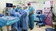 """צוות מחלקת כירורגית פה ולסתות ברמב""""ם מנתחים ומשדרים לשוויץ (קרדיט: דוברות רמב""""ם)"""