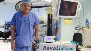 """פרופ' עופר גפרית בחדר הניתוח, עם מכשיר הלייזר החדש (צילום: """"הדסה"""")"""