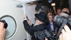 """שר הבריאות יעקב ליצמן קובע את המזוזה בכניסה למחלקה הקרדיולוגית ב""""בני ציון"""" (צילום: """"בני ציון"""")"""
