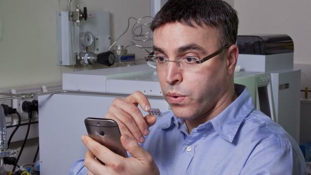 פרופסור חוסאם חאיק מדגים את התקן החיישנים, נטילת דגימת נשיפה והבל פה ואנליזה של הממצאים (צילום: הטכניון)