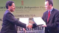 """ד""""ר שחר לב-ארי (מימין) חותם על ההסכם עם נציג ממשלת הודו (צילום: יח""""צ)"""
