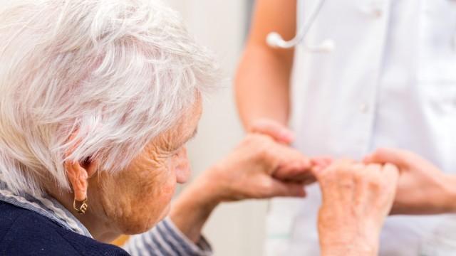 טיפול בקשישים (צילום: אילוסטרציה)