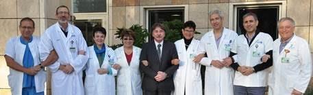 """תצלום משותף של שמונה הרופאים ומנהל """"קפלן"""" (צילום: """"קפלן"""")"""