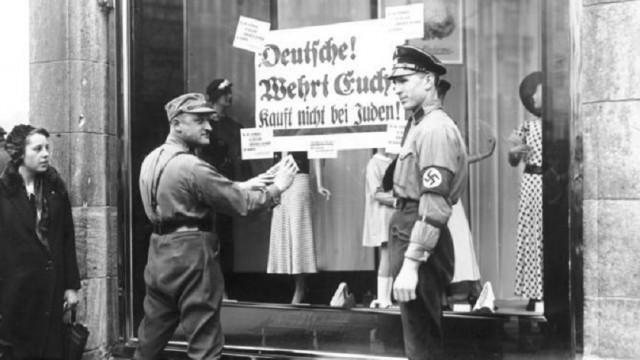 שלטים הקוראים לא לקנות מיהודים בשנות ה-30' בגרמניה (מקור: ויקיפדיה)