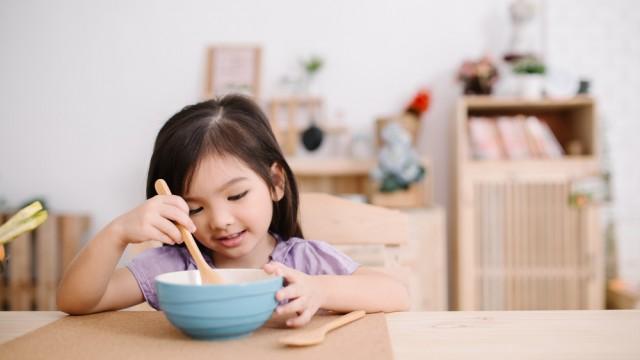 ילדה אוכלת ארוחת בוקר (צילום: אילוסטרציה)