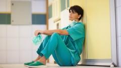 רופאה מנתחת מחוץ לחדר הניתוח (צילום: אילוסטרציה)
