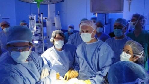 """ד""""ר גיאלצ'ינסקי וצוות המנתחים במהלך ביצוע הניתוח החדשני ב""""הדסה"""" עין כרם (צילום: """"הדסה"""")"""