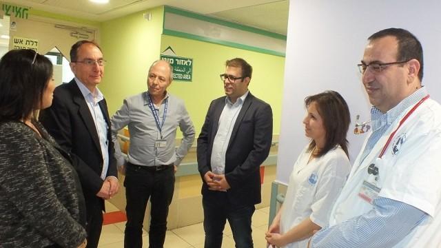 """ח""""כ אורן חזן (שלישי מימין) ובכירים בבית החולים """"פורייה"""" (צילום: """"פורייה"""")"""