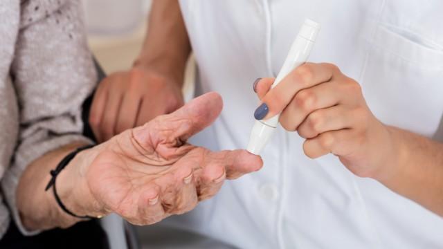 בדיקת רמת סוכר בקשישים (צילום: אילוסטרציה)