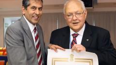 """פרופ' לאל אנסון בסט מקבל את אות הכבוד PBS משגריר הודו בישראל (צילום: פיוטר פליטר / """"רמב""""ם"""")"""