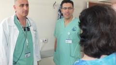 """מימין:  ד""""ר אמין אבו ג'בל וד""""ר עימאד אבו אל נאעג' מול המטופלת שנותחה (צילום: """"פורייה"""")"""
